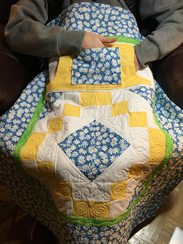 Daisy Lovie Lap Quilt with Pockets from http://www.homesewnbycarolyn.com  Makes a great gift for Mom or Grandma!